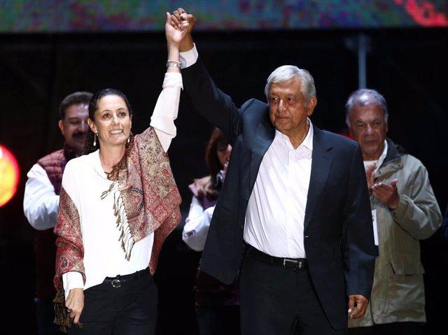 La alcaldesa de Ciudad de México, Claudia Sheinbaum, junto al presidente mexicano, Andrés Manuel López Obrador, tras ganar las elecciones.