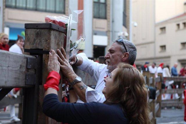 Los padres de Daniel Jimeno colocan un ramo de flores en el tramo donde recibió una cornada mortal en los encierros de 2009