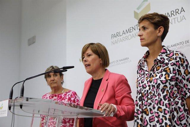 (I-D) La Coordinadora de Izquierda Unida de Navarra, Marisa de Simón; la jefa del Ejecutivo en funciones y líder de Geroa Bai, Uxue Barkos y la secretaria general de PSN, María Chivite, durante la rueda de prensa tras cerrarse el preacuerdo entre PSN, Ger