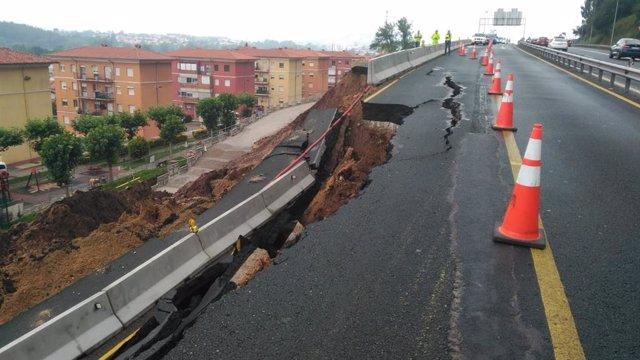Un desprendimiento de la calzada por las lluvias obliga al corte total de la autovía A-67 desde Polanco (Cantabria)