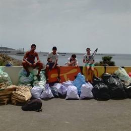 Imagen del grupo de recogida de basuras, en una playa