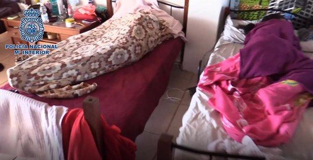Imagen de dos mujeres explotadas sexuales por una mafia