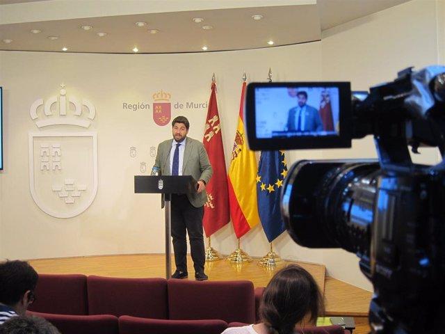 El candidato del PP a la Presidencia de la Comunidad, Fernando López Miras,, en la rueda de prensa