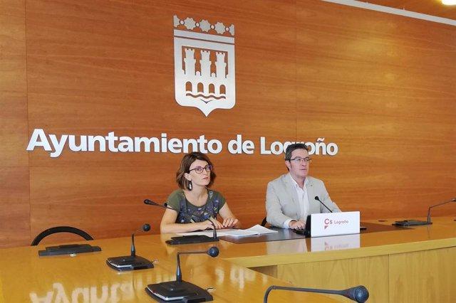 El portavoz del Grupo Municipal de Ciudadanos Julián San Martín y la edil 'naranja' Rocío Fernández, durante la rueda de prensa en la que han presentado una moción sobre el PGM