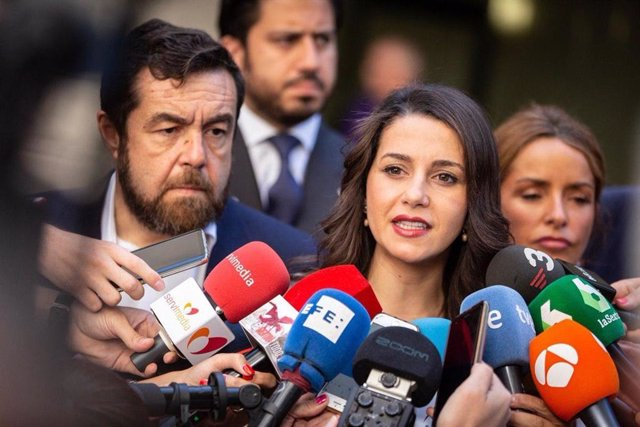 La portaveu de l'Executiva de Ciudadanos,  Inés Arrimadas, al costat dels diputats Miguel Gutiérrez i Patricia Reyes