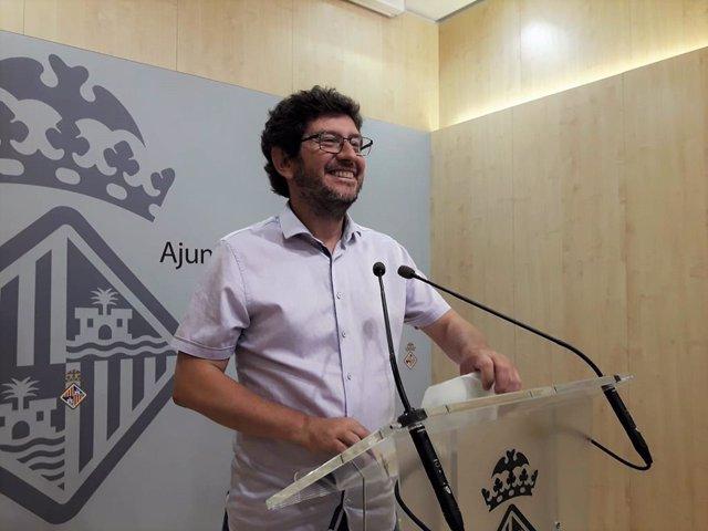 El portaveu de l'equip de govern de l'Ajuntament de Palma, Alberto Jarabo, atén als mitjans a la sala de premsa de Cort.