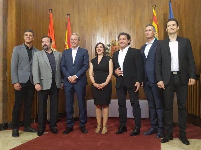 El grupo B Vocal junto al alcalde de Zaragoza, Jorge Azcón, y la vicealcaldesa, Sara Fernández, en su presentación como pregoneros de las Fiestas del Pilar 2019 este miércoles en el Ayuntamiento de Zaragoza.