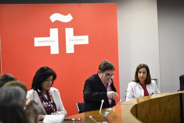 El director del Instituto Cervantes, Luis García Montero (2i) y la ministra de Defensa en funciones, Margarita Robles (3i), durante la jornada informativa sobre 'La labor de las Fuerzas Armadas en la enseñanza del español en operaciones militares'.