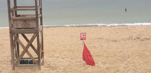 Senyalització amb la bandera vermella de les platges de Can Pere Antoni i Ciutat Jardí pel vessament d'aigües mixtes.