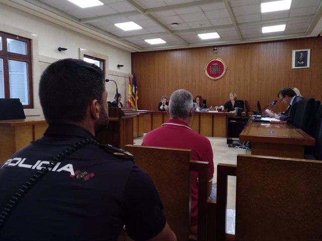 Judici a un pres per donar-li una pallissa a un altre a Menorca.