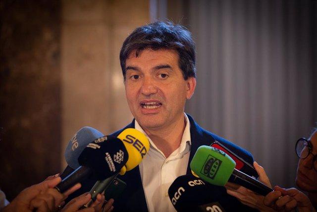 El diputat del Parlament de Catalunya per ERC Sergi Sabrià, atén als mitjans després del ple al Parlament de Catalunya.