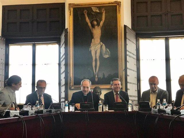 El alcalde de Sevilla, Juan Espadas, y el arzobispo de Sevilla, Juan José Asenjo, firman el acuerdo de rehabilitación para el barrio de Los Pajaritos