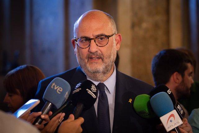 El diputat del Parlament per JXCat Eduard Pujol, atén als mitjans després del ple al Parlament de Catalunya