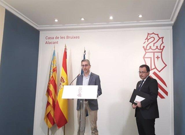 Arcadi España parla davant la presència de Julián López.