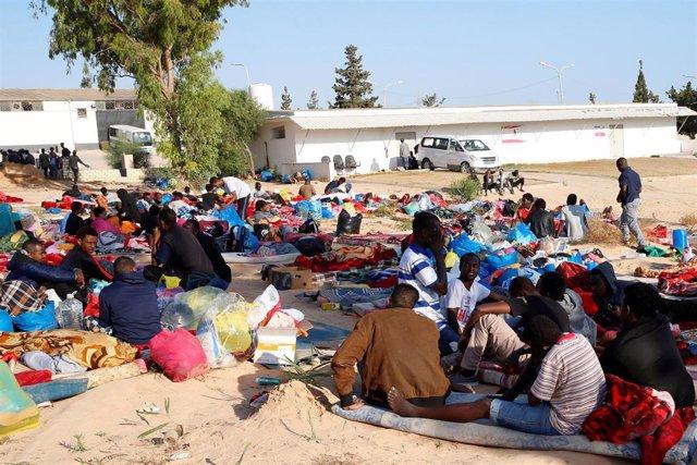 Migrantes del centro de detención bombardeado en Tajura en un patio