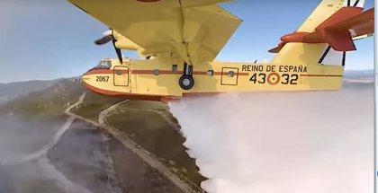 Vive la experiencia de un piloto de avión durante la extinción de un incendio