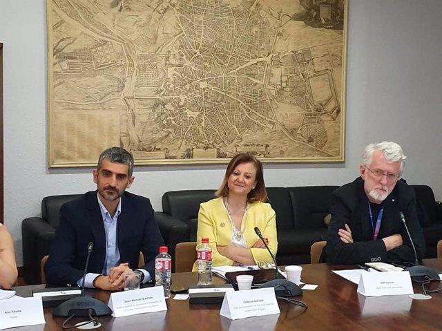 En la foto, de izquierda a derecha: El director general de Innovación y Promoción de la Ciudad del Ayuntamiento de Madrid, Juan Manuel Garrido; la Alta Comisionada para la Agenda 2030, Cristina Gallach; y el periodista estadounidense Jeff Jarvis.