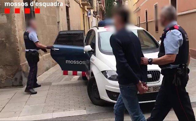 Els Mossos d'Esquadra han desarticulat un grup criminal que tenia un taller d'elaboració d'eines per obrir panys de domicilis, i que presumptament van cometre un mínim de 21 robatoris en pisos de l'àrea metropolitana de Barcelona