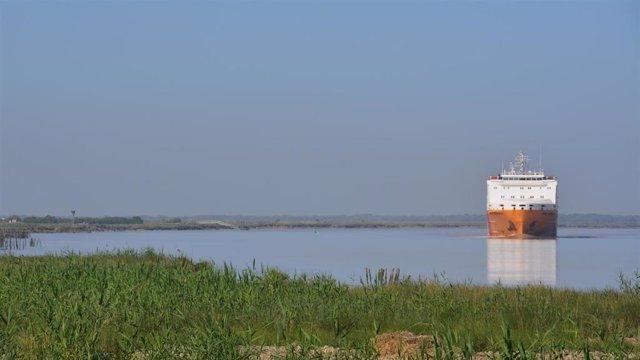 Barco navegando por el estuario del río Guadalquivir, en una imagen de archivo.