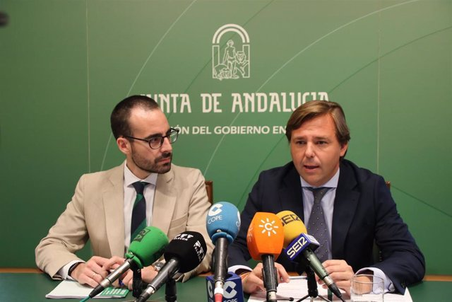 Herrador (izda.) en una rueda de prensa con el delegado del Gobierno andaluz en Córdoba, Antonio Repullo, en una imagen de archivo.