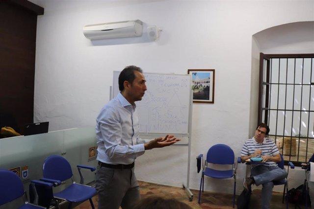 El psicólogo Rafael Nieto en los cursos de verano de la UPO en Carmona