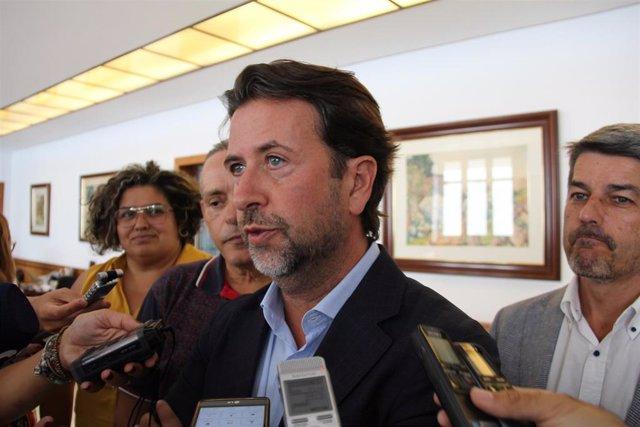Carlos Alonso, ante los periodistas
