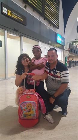 Mathilde con Cristina y David en el aeropuerto