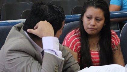 La Justicia salvadoreña repetirá el juicio a una adolescente violada que fue condenada por abortar