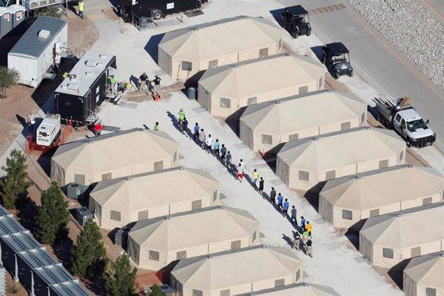 Tiendas en las que se recluye a los niños en la frontera entre EEUU y México