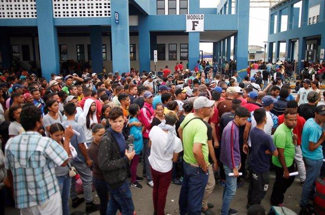 Migrantes venezolanos en la frontera de Perú con Ecuador