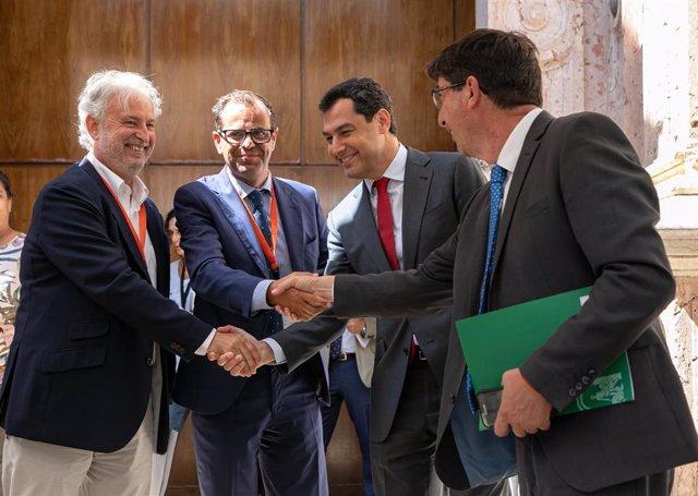 Primera jornada del Pleno del Parlamento andaluz. El presidente del Consejo Audiovisual, Rafael Porra (1i); el director general de la RTVA, Juande Mellado (2i); el presidente de la Junta, Juanma Moreno (2d) y el vicepresidente de la Junta, Juan Marín (1d)