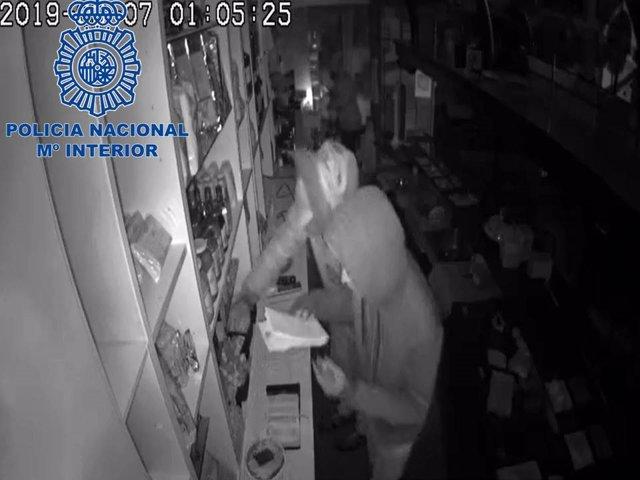 Tres detenidos por robo con fuerza en un bar de Pamplona.