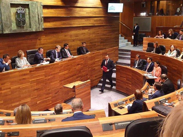 El candidato socialista Adrián Barbón durante el pleno de elección del presidente.
