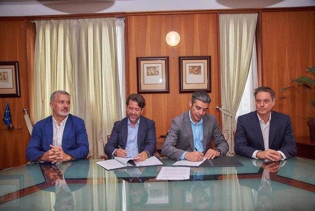 El presidente del Cabildo, Carlos Alonso y el consejero de Aguas, Narvbay Quintero, firman el convenio de obras hidráulicas