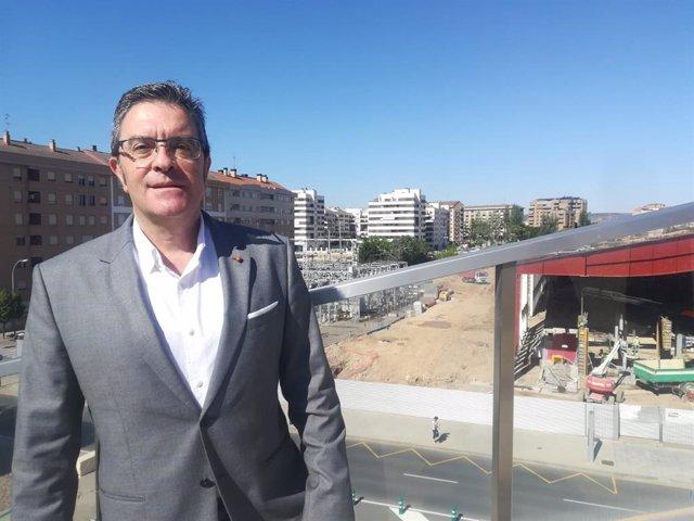 El portavoz del Grupo Municipal de Ciudadanos en el Ayuntamiento de Logroño, Julián San Martín, ante la subestación eléctrica de Cascajos.