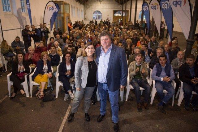 La presidenta del PP de Cantabria y candidata al Gobierno regional, María José Sáenz de Buruaga, con Gastón Gömez