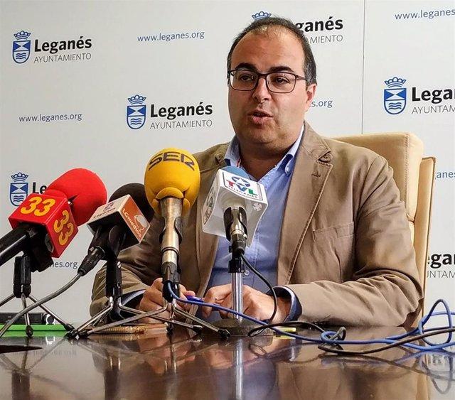 El alcalde de Leganés, Santiago Llorente, en rueda de prensa en el Ayuntamiento.