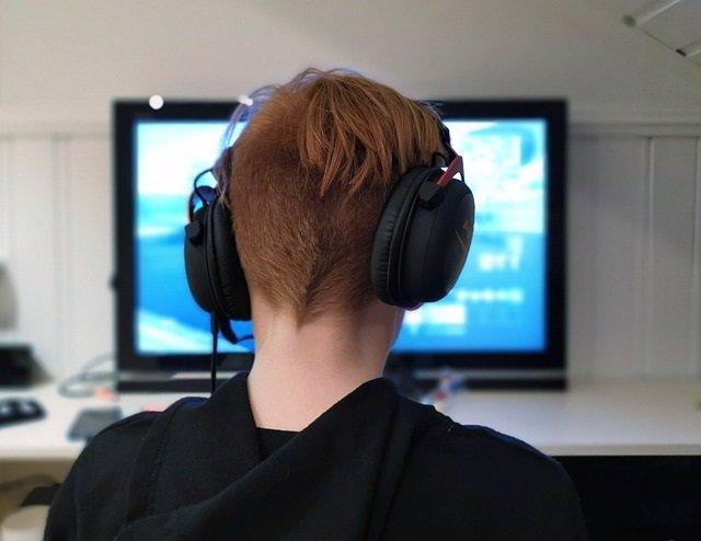 Imagen de recurso de un niño jugand a un  videojuego