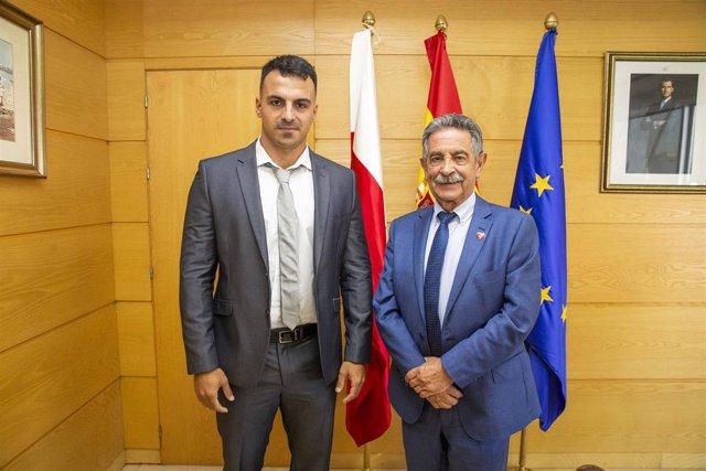 El presidente de Cantabria, Miguel Ángel Revilla, recibe al nadador Edu Blasco