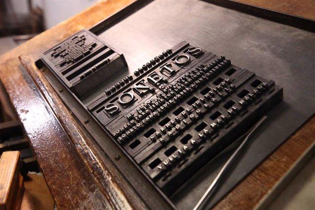 Un cuaderno de sonetos del poeta Manuel Alcántara relanza la antigua Imprenta Sur de la Diputación de Málaga.