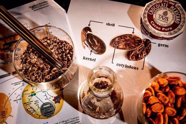 Las cáscaras de cacao, un subproducto de la tosta de granos de cacao para producir chocolate, contienen cantidades significativas de tres compuestos bioactivos saludables que también se encuentran en el café y el té