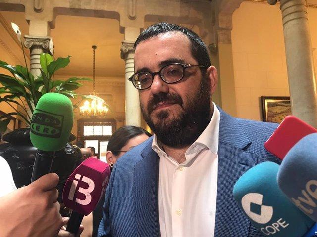El senador de MÉS per Mallorca, Vicenç Vidal atén als mitjans després de ratificar el ple la seva proposta de designació.