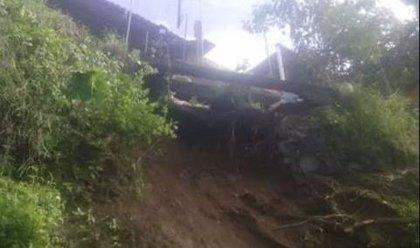 Mueren 6 personas, entre ellas 2 niños, tras derrumbarse un cerro sobre una vivienda en México