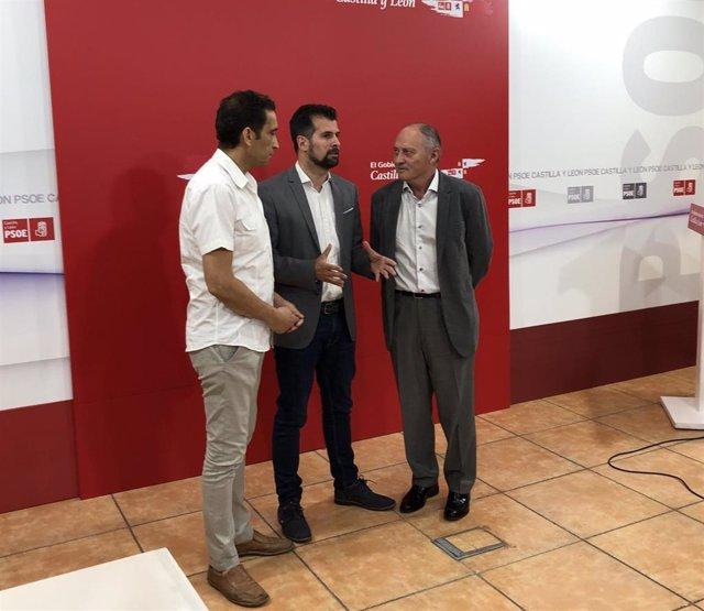 Vicente Andrés (I), Luis Tudanca (centro) y Faustino Temprano (D) comparecen tras la reunión.