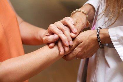 Los cuidadores no profesionales de dependientes que cotizan a la Seguridad  Social se quintuplican desde abril
