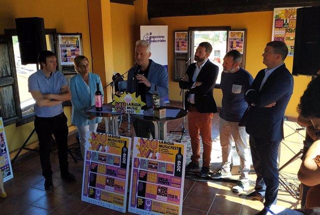 El alcalde de Logroño, Pablo Hermoso de Mendoza, interviene el la presentacion del MUWI junto a la consejera de Desarrollo Económico e Innovacion, Leonor González Menorca, y los romotores del MUWI, José Luis Pancorbo y Rafa Bezares.
