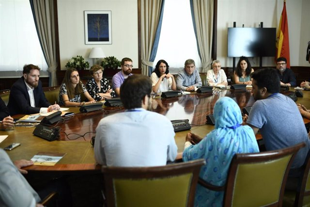 Activistas saharauis se reunen con diferentes grupos parlamentarios para la presentación en sede parlamentaria del informe 'El espejismo de los Derechos Humanos: La juventud saharaui y la ocupación del Sáhara Occidental'.