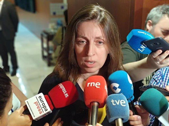 La portavoz de Podemos en la Junta, Lorena Gil, atiende a los medios tras el pleno de elección del presidente.