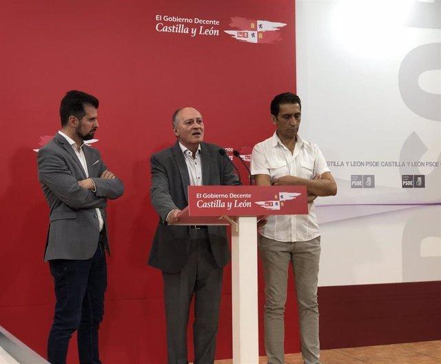 Faustino Temprano interviene ante los medios acompañado de Luis Tudanca (I) y Vicente Andrés (D).