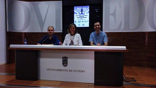 De izquierda a derecha el director del tornero, Juan Alberto LLaneza Vega, la concejala de Deportes, María Concepción Méndez Suárez, y el jugador, Marcos Llaneza.